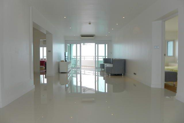 Condominium For Sale Ban Amphur Na Jomtien showing the large living area