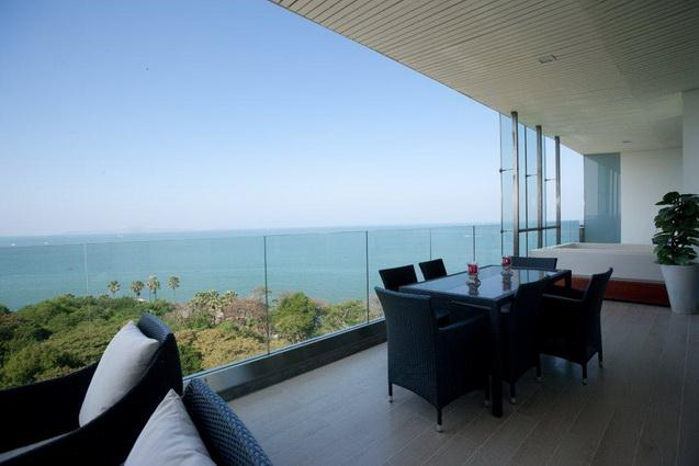 Condominium for sale Pattaya The Cove showing the large balcony and jacuzzi