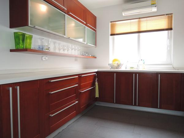 House for sale in Pattaya at SIAM ROYAL VIEW showing the kitchen cabinets