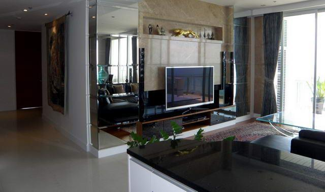 Condominium for sale Pattaya The Cove showing the living room