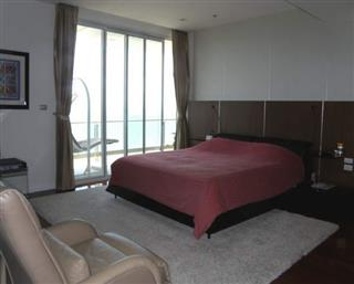 Condominium for sale Pattaya The Cove showing the master bedroom