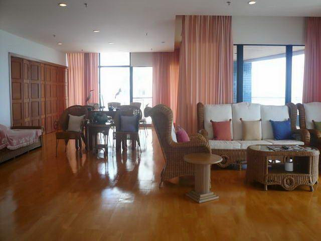 Condominium for sale on Pratumnak showing living area