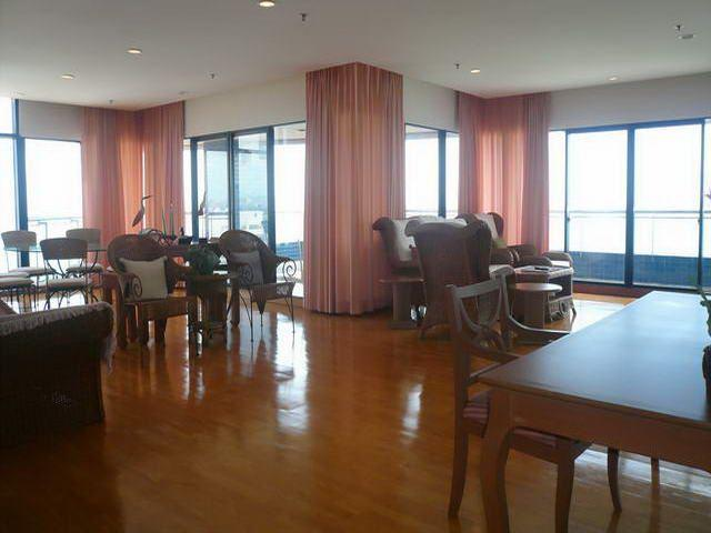 Condominium for sale on Pratumnak showing open plan living