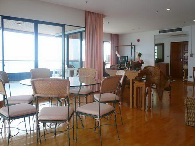 Condominium for sale on Pratumnak showing dining area