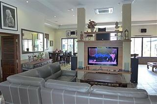 Commercial for sale Phoenix Pattaya showing the living room