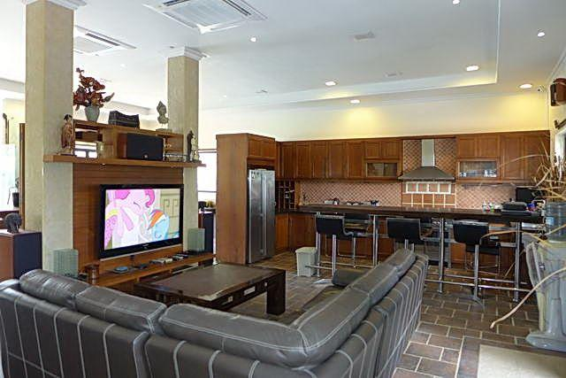 Commercial for sale Phoenix Pattaya showing the living and kitchen areas