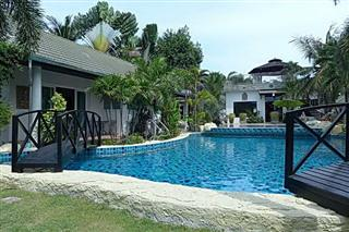 Commercial for sale Phoenix Pattaya showing the swimming pool and accommodation