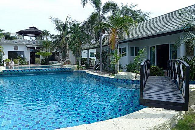 Commercial for sale Phoenix Pattaya showing the accommodation and pool