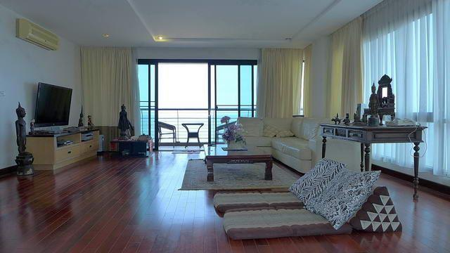 Condominium for sale in Na Jomtien showing the living room