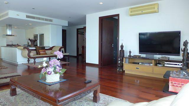 Condominium for sale in Na Jomtien showing the living and kitchen areas