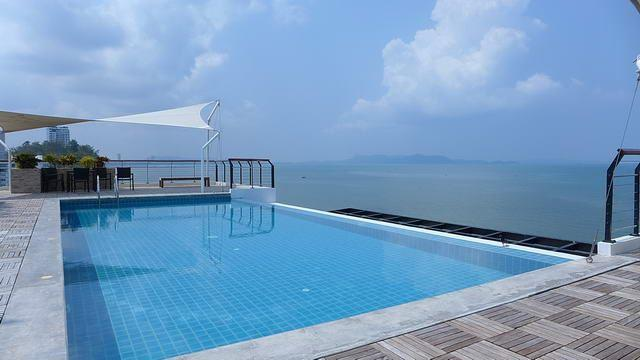 Condominium for sale in Na Jomtien showing the roof top swimming pool