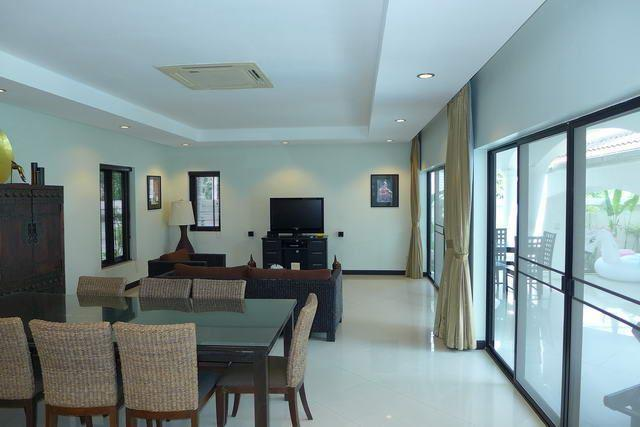 House for sale Na Jomtien showing the living and dining areas