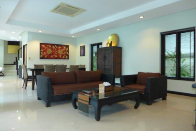 House for sale Na Jomtien showing the open plan living area