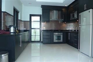 House for sale Na Jomtien showing the kitchen