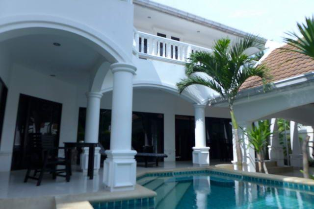 House for sale Na Jomtien showing the house and private swimming pool