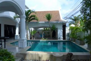 House for sale Na Jomtien showing the private swimming pool