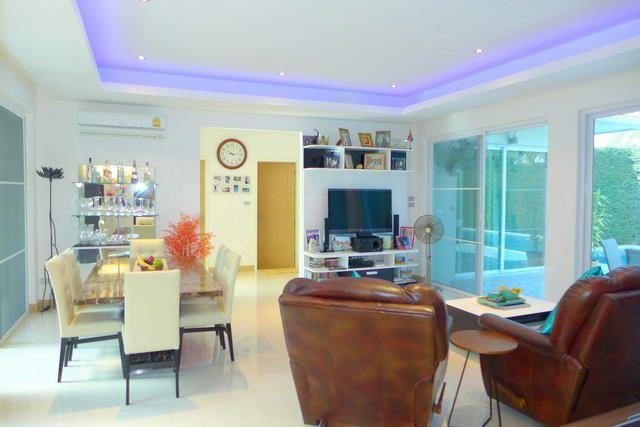 House for sale East Pattaya showing the living and dining area