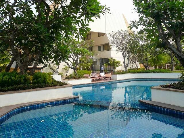 Condominium for sale in Jomtien showing the large shaded pool
