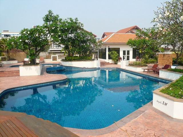 Condominium for sale in Jomtien showing the communal pool