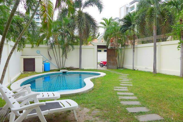 House for sale Pratumnak Hill Pattaya showing the private pool and garden