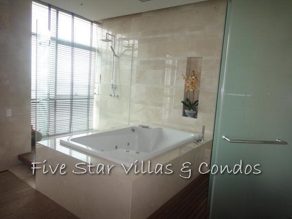 Condominium for sale on Pattaya Beach at Northshore showing jacuzzi bath tub