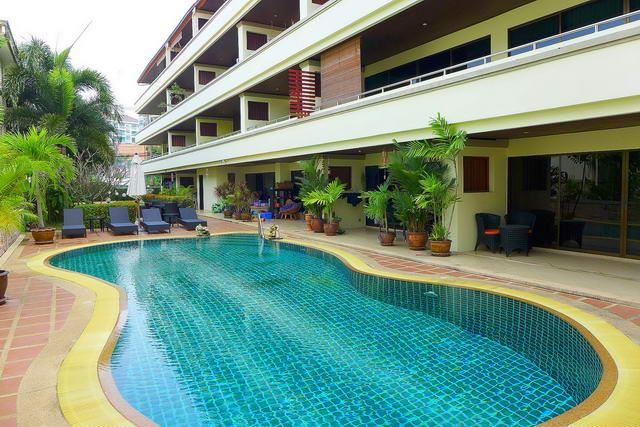 Condominium for sale Pratumnak Hill Pattaya showing the communal swimming pool
