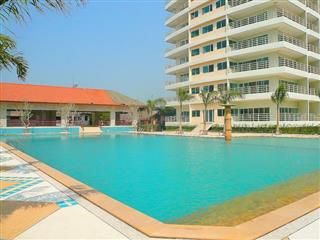 Condominium for sale Jomtien showing the pool and poolside facilities