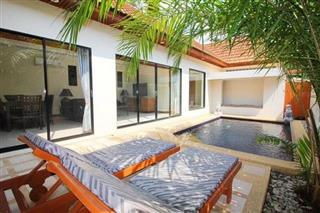 House for sale Jomtien showing the house, terrace and pool