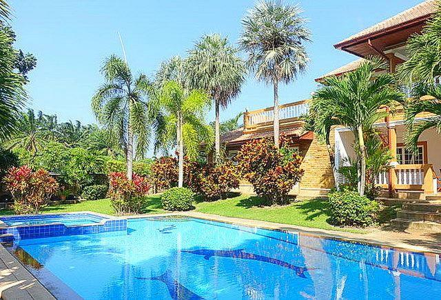 House for sale Pattaya Phoenix Golf Course showing the pool and house