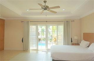 House for sale Pattaya Phoenix Golf Course showing the bedroom pool side