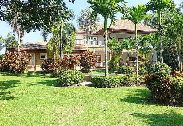 House for sale Pattaya Phoenix Golf Course showing the house and garden