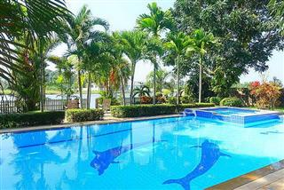 House for sale Pattaya Phoenix Golf Course showing the private pool