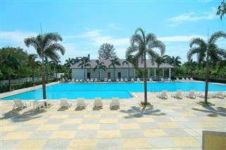 Commercial unit for sale Jomtien Beach showing the pool and clubhouse facilities