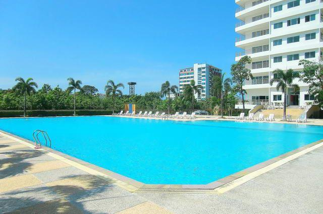 Commercial unit for sale Jomtien Beach showing the large pool