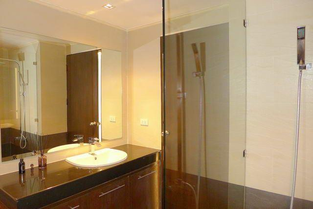 Condominium for sale Pattaya showing the bathroom