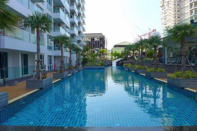 Condominium for sale Pratumnak Hill showing the communal pool