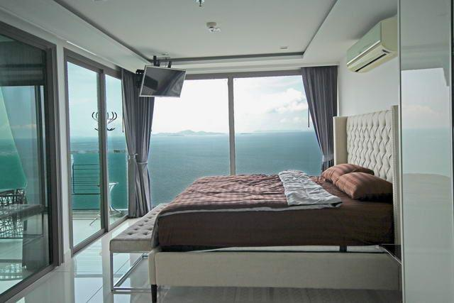 Condominium for sale Wong Amat showing the corner master bedroom