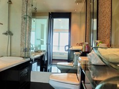 Condominium for rent Ananya Naklua showing the master bathroom