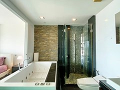 Condominium for rent Naklua Ananya showing the master bathroom