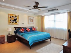 Condominium for sale Central Pattaya showing the master bedroom