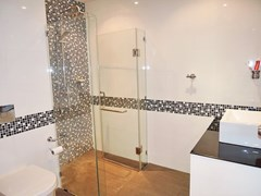 Condominium for sale Pratumnak Pattaya showing the bathroom