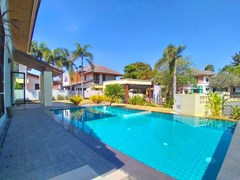 House for rent East Pattaya showing the pool and garden