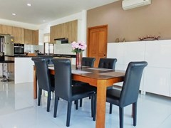 House for rent Huay Yai Pattaya showing the dining and kitchen areas