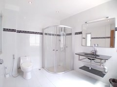 House for rent Jomtien Beach showing the master bathroom