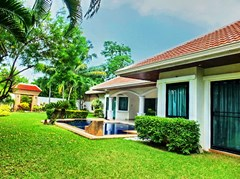 House For rent Jomtien Park Villas Pattaya showing the house and garden