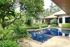 House for rent Jomtien showing the swimming pool and garden