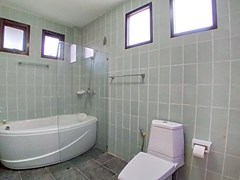 House for rent Mabprachan Pattaya showing the third bathroom with bathtub