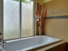 House for rent Pattaya at Siam Royal View showing the master bathroom with bathtub