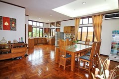 House for rent East Jomtien showing the dining and kitchen area