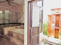 House for rent Pattaya showing the master bathroom and outside shower